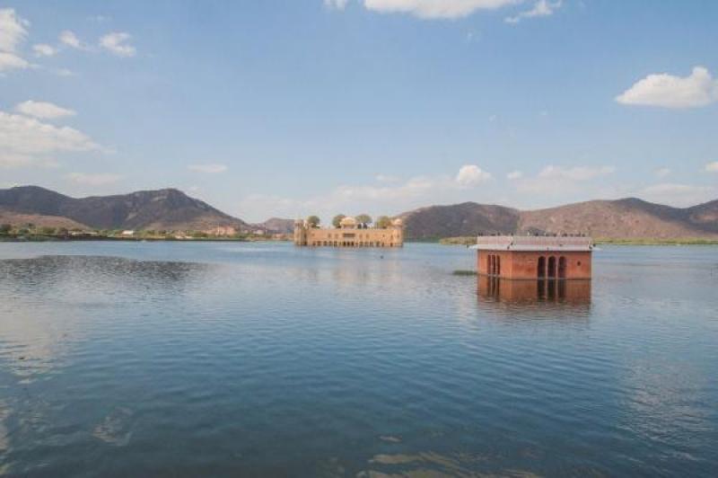 Le palais flottant dans le lac de Jaïpur