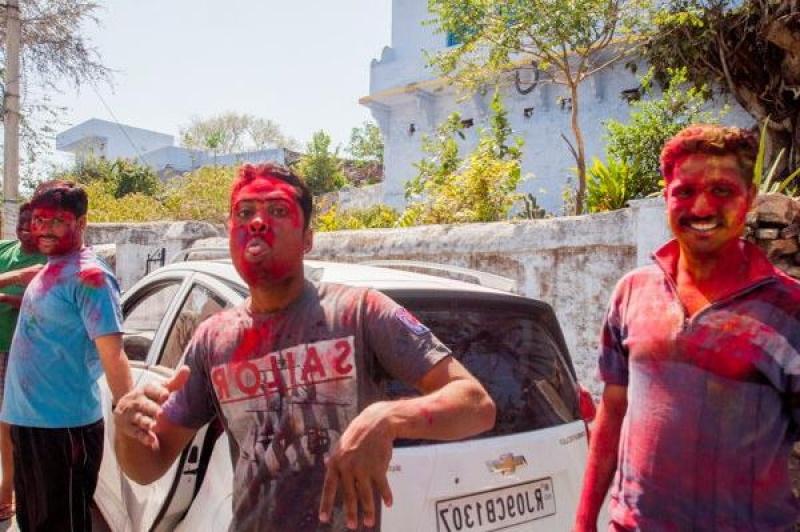 Arrivés à la gare, on se retrouve pris d'assaut par des jeunes hommes qui nous attaquent à coup de pigments de couleurs !