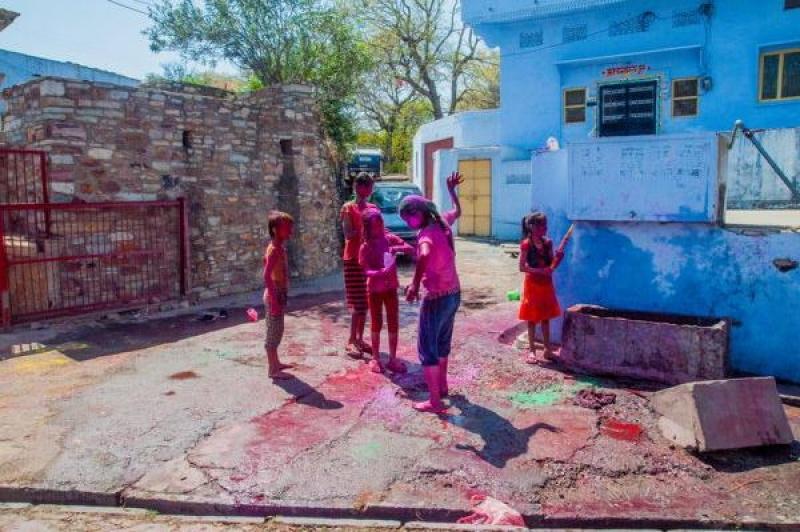 Des enfants s'amusent dans la rue pour Holy