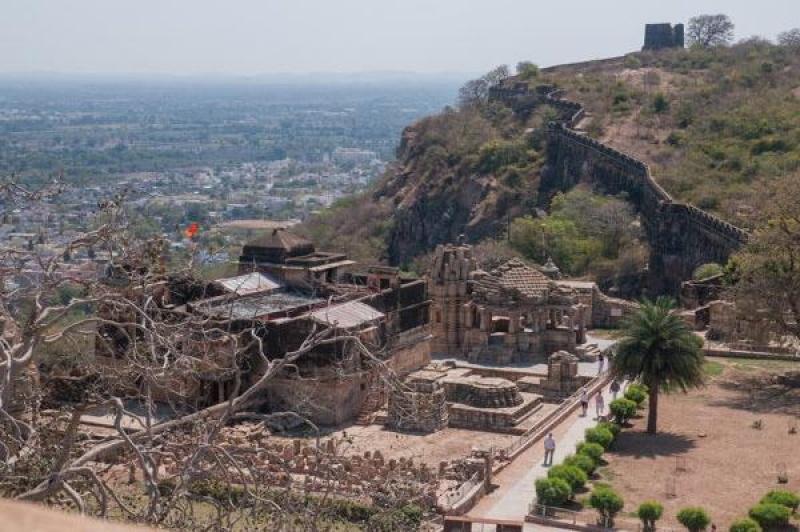 Les monuments du fort de Chittorgarh qui surplombent la ville en Inde