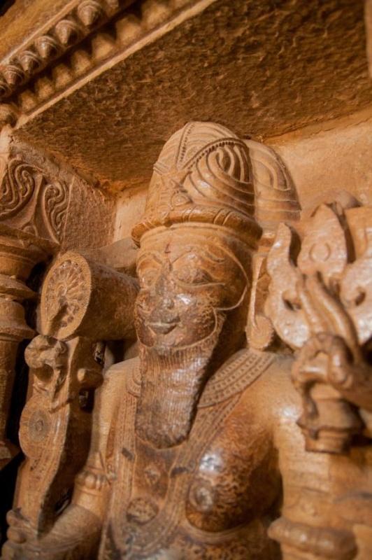 Une divinité sculptée dans la pierre