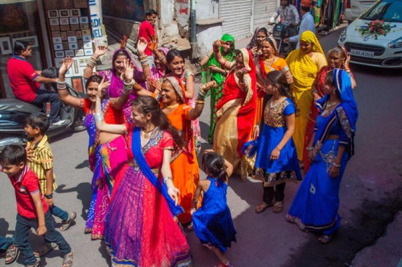Dans les rues d'Udaipur, c'est le défilé des femmes non mariées qui anime la ville.