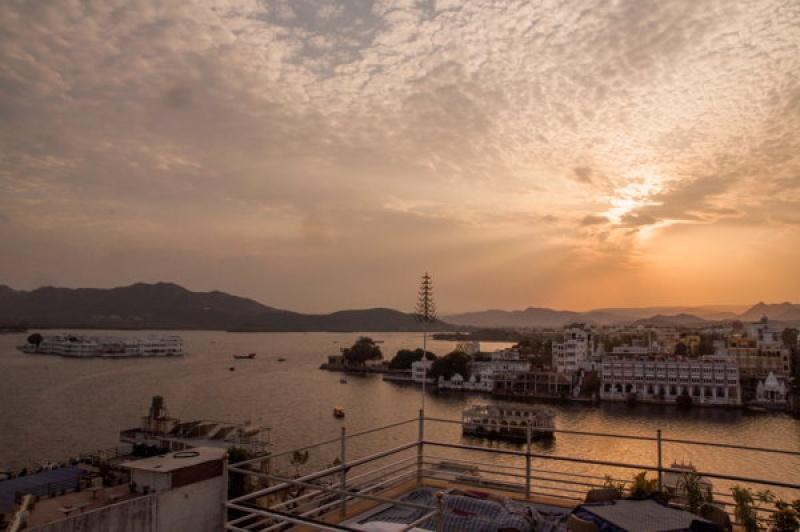 Coucher de soleil sur Udaipur et le lake Palace en Inde