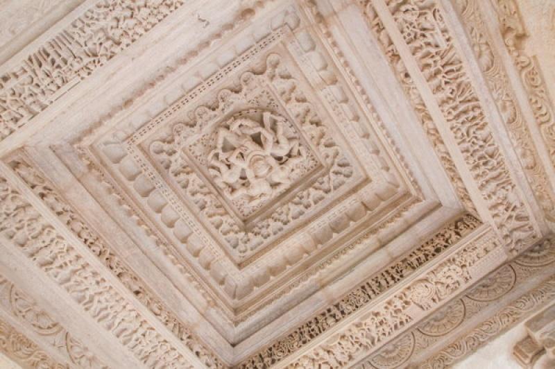 La pierre est ciselée telle une dentelle à Ranakpur en Inde