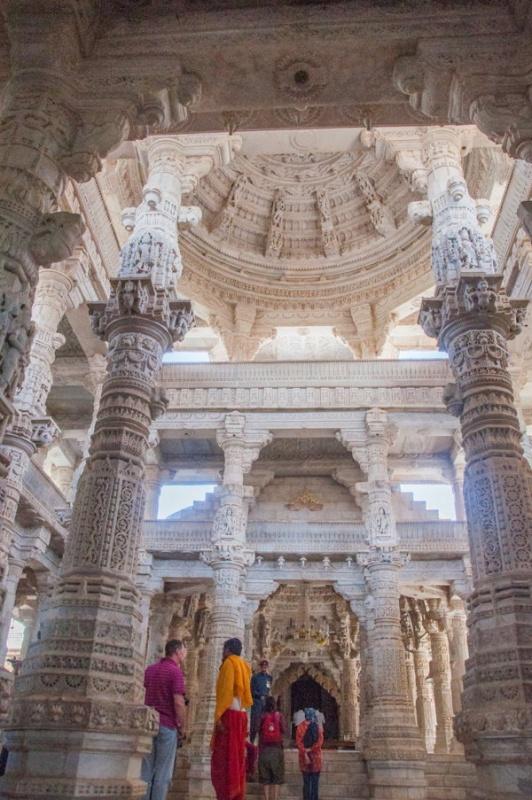 La hauteur de plafond du temple jain à Ranakpur en Inde