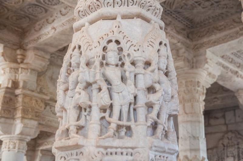 La pierre blanche est sculptée de manière fascinante à Ranakpur en Inde