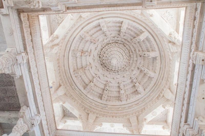 Chaque alcôve se personnalise à Ranakpur en Inde