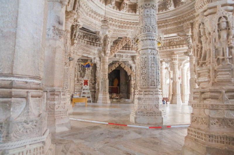 L'intérieur de Ranakpur en Inde est hyper travaillé, sculpté.