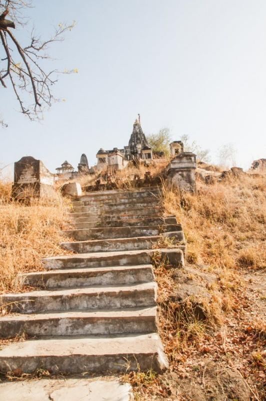 Le chemin vers un autre temple de Ranakpur en Inde