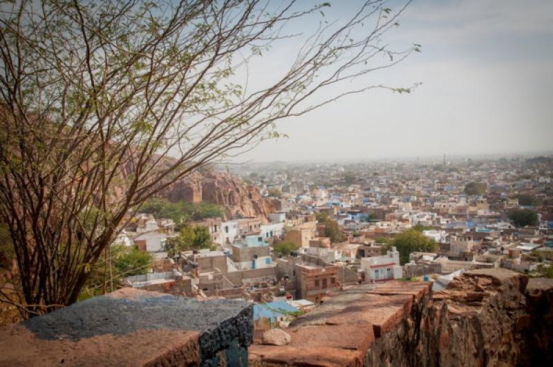 Vue panoramique sur la route vers le fort de Jodhpur