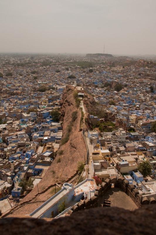 Un bras de terre sépare les quartiers de Jodhpur en Inde