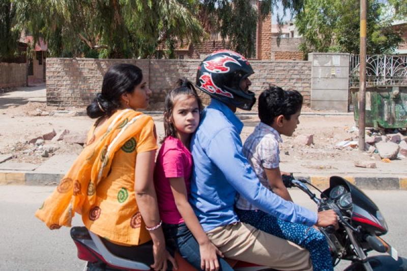4 personnes sur une moto