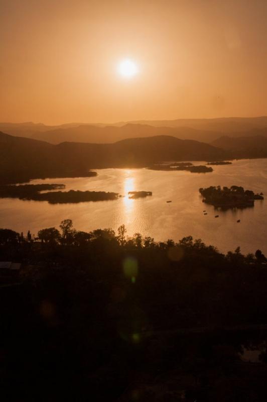 Le lac d'Udaipur au coucher de soleil ; Relief