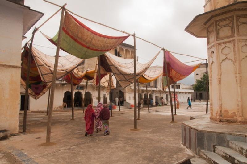 De grandes toiles flottent au vent pour protéger des chaleurs à Pushkar en Inde