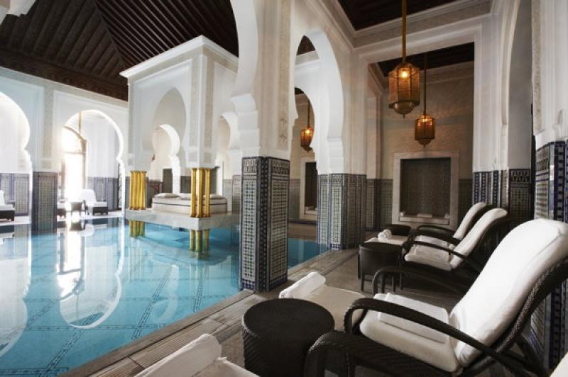 La belle piscine intérieure chauffée du spa de la Mamounia à Marrakech