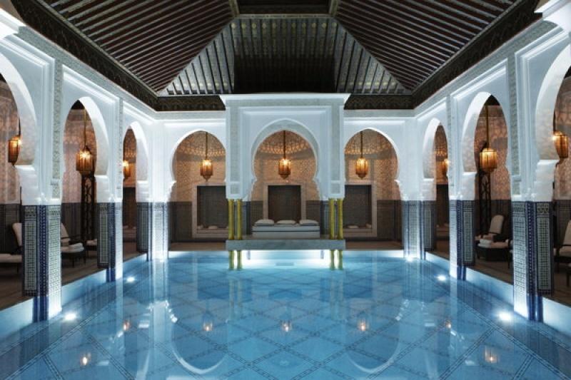 Dans la belle piscine intérieure chauffée du spa de la Mamounia à Marrakech