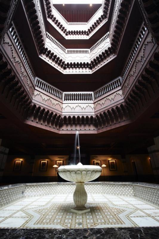 Dans un puits de lumière à la Mamounia à Marrakech