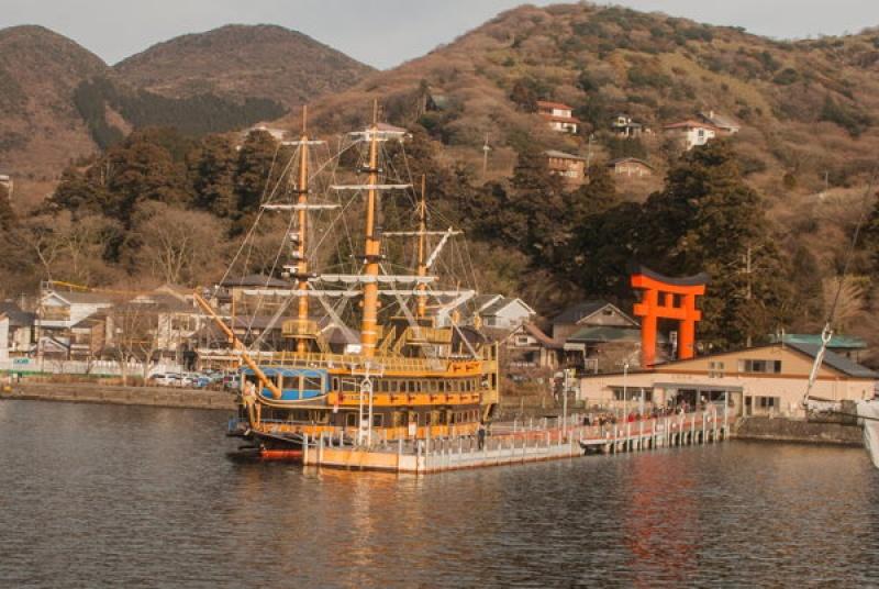 Sur le vieux bateau sur le lac du Mont Fuji au Japon