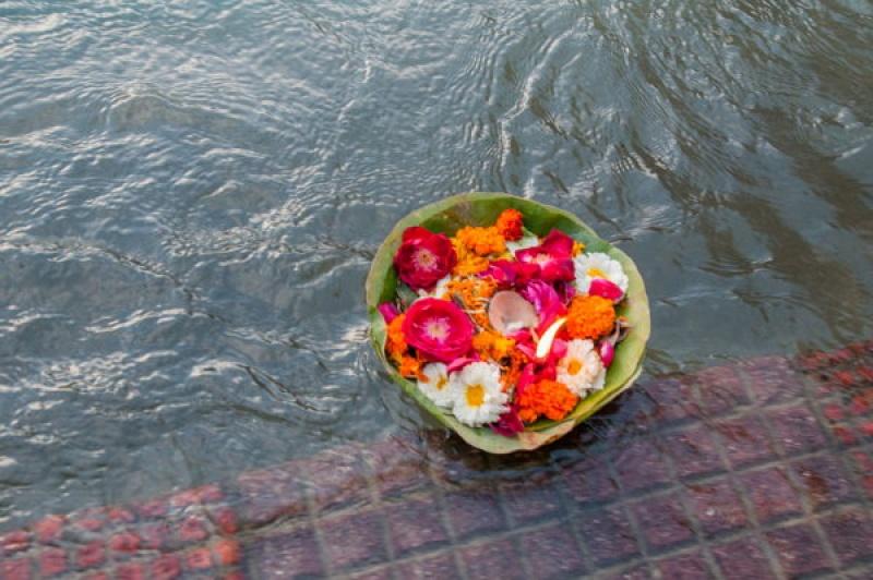 Une bouquet de fleurs avec une bougie sur le Gange en Inde à Haridwar