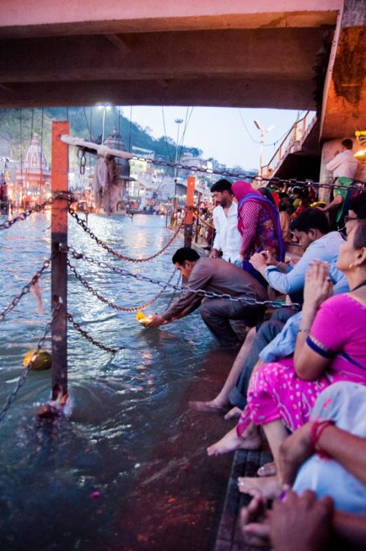 On jette un bouquet de fleur sur le Gange pour faire une prière