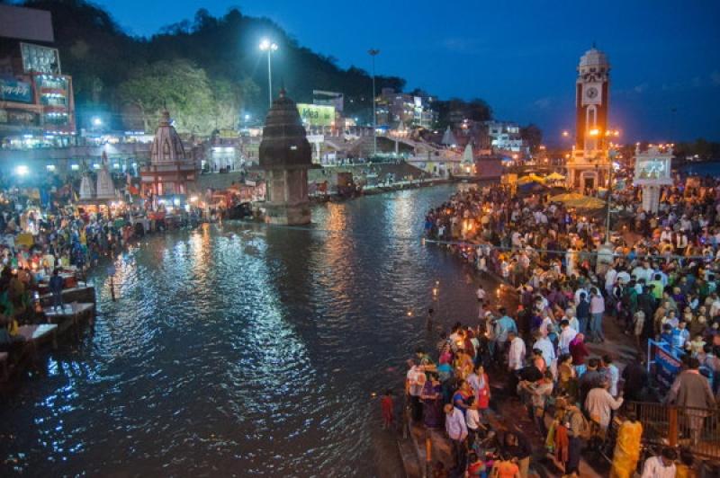En fin de journée beaucoup de monde à Haridwar en Inde