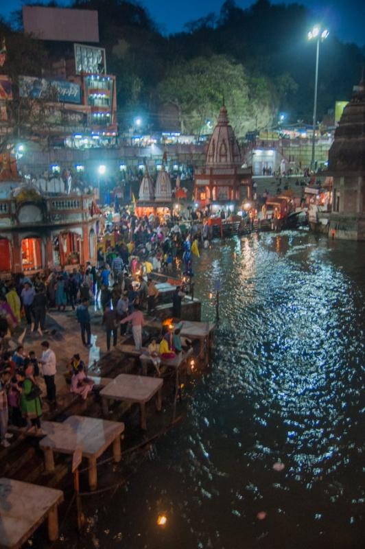 En fin de journée la cérémonie des fleurs rassemble beaucoup de monde à Haridwar en Inde