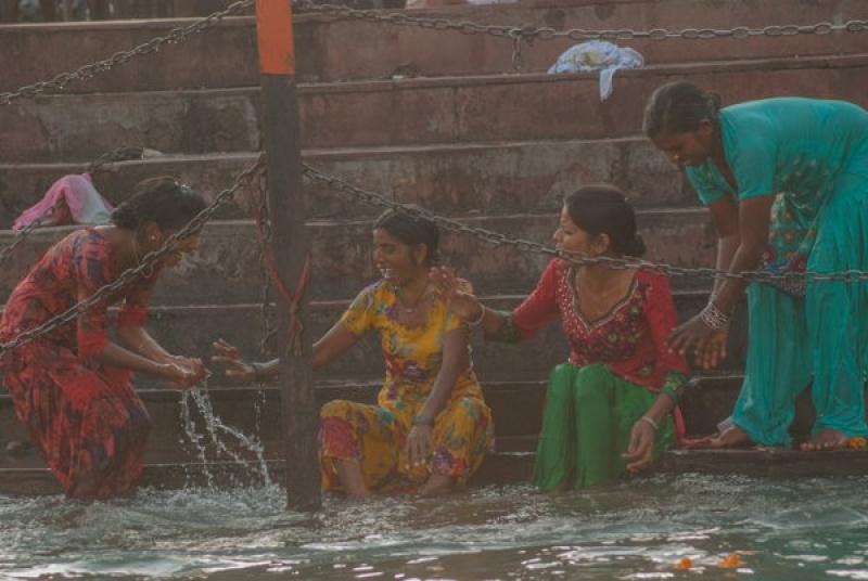 Les femmes se purifient dans le Gange en Inde