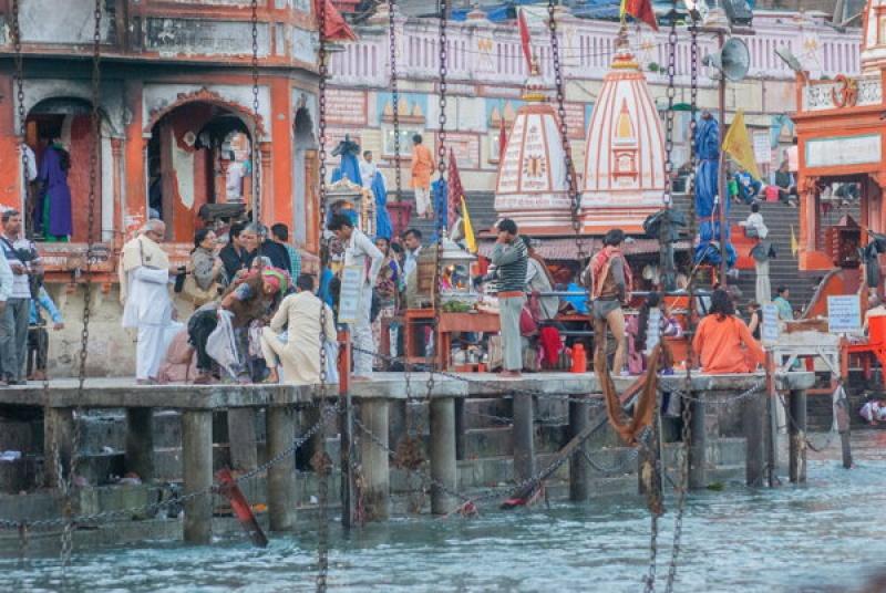 Beaucoup de monde sur les ghats le long du Gange en Inde à Haridwar
