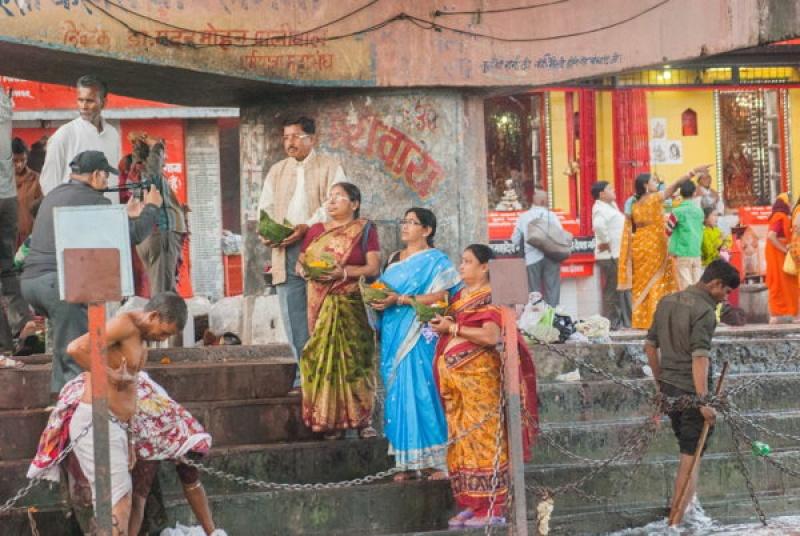 Les saris sont de sortie pour la cérémonie des fleurs à Haridwar en Inde