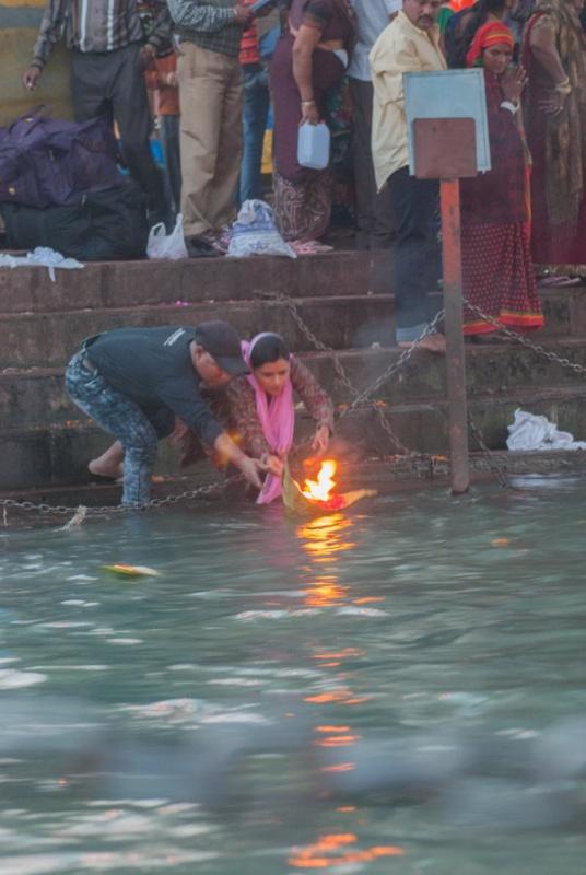 La cérémonie des fleurs à Haridwar en Inde