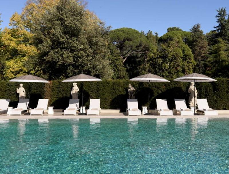 La belle piscine extérieure de la villa Cora à Florence