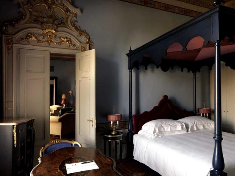Dans une des chambres luxe de la villa Cora à Florence