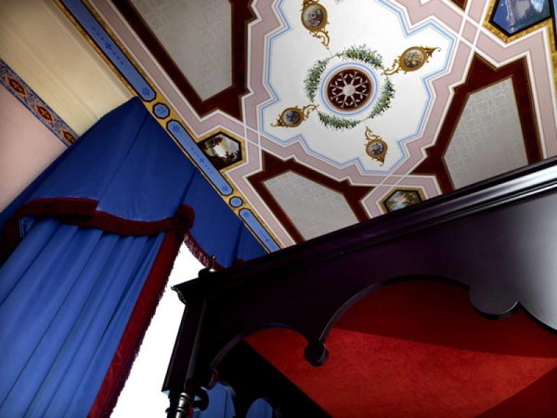Le plafond de la chambre spacieuse de la Villa Cora à Florence
