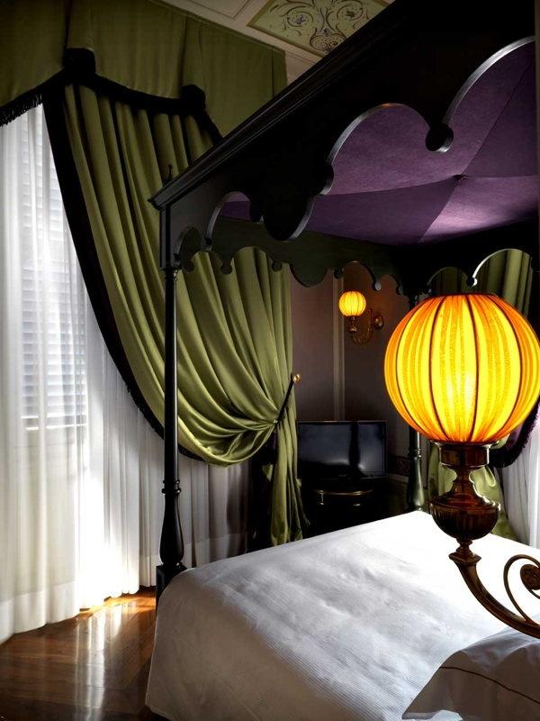 Le lit à Baldaquin à la villa Cora à Florence