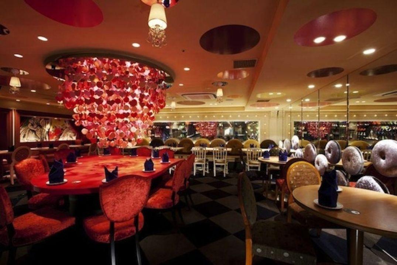 Dans la salle du restaurant Alice au Pays des Merveilles à Tokyo