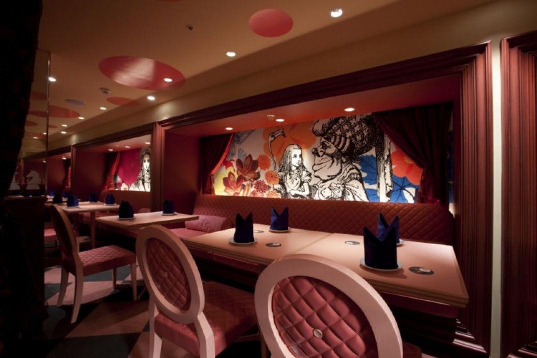 Décor de rêve au Bar Alice au Pays des Merveilles à Tokyo