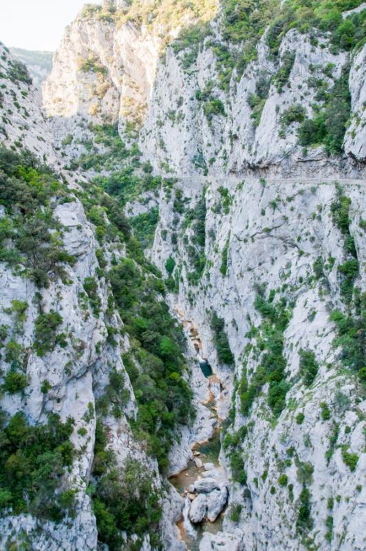 Relief accidenté dans les Gorges de Galamus