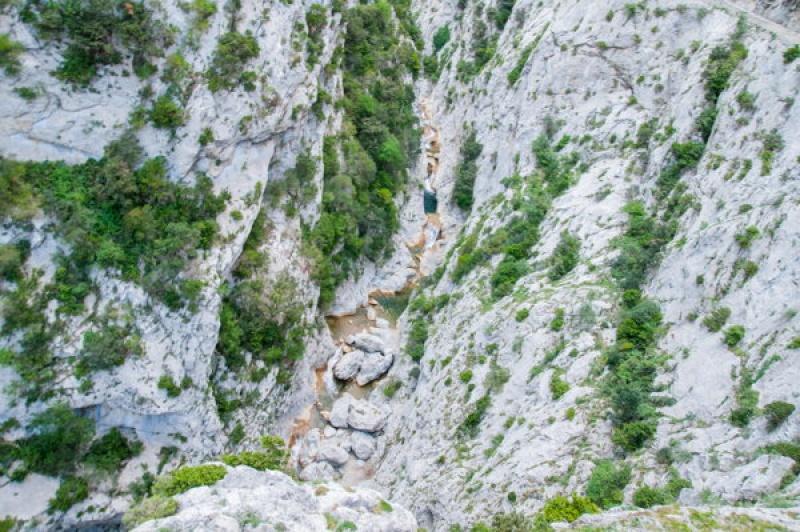 Un filet étroit d'eau passe au fond des Gorges de Galamus