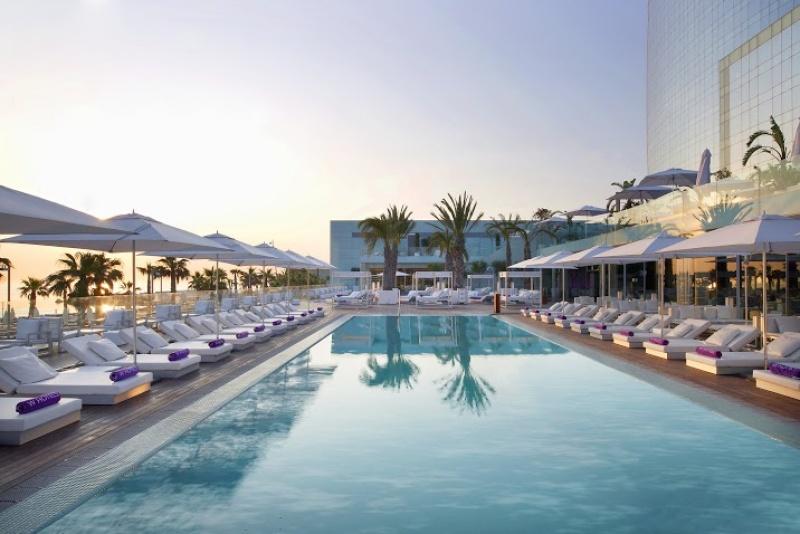 Le W à Barcelone prend des airs d'Ibiza