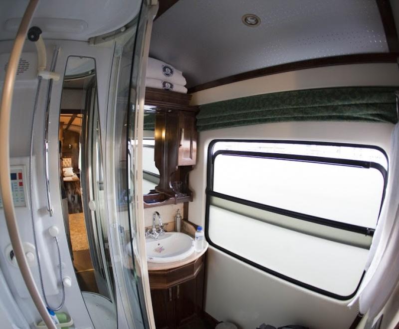 La salle de bains privative attenante à la chambre dans le train de luxe en Espagne