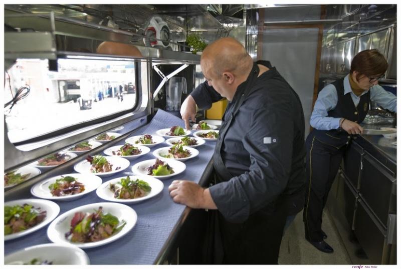 Dans les cuisines d'un train de luxe en Espagne