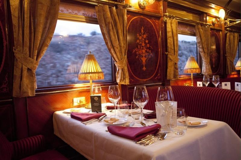 Diner romantique dans un train en Espagne