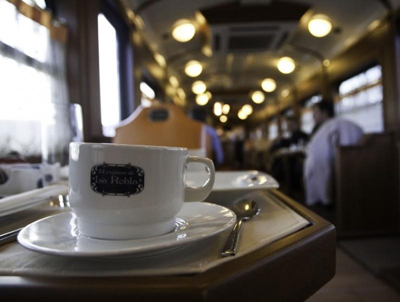 Prendre une tasse de café dans le train de luxe