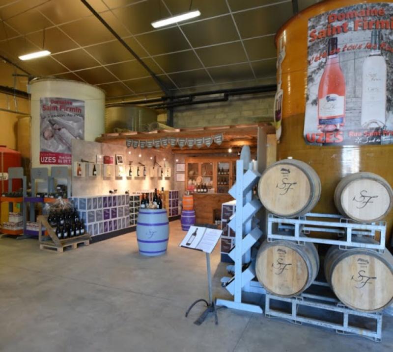 Les bariques de ce vin AOP dans le domaine Saint Firmin
