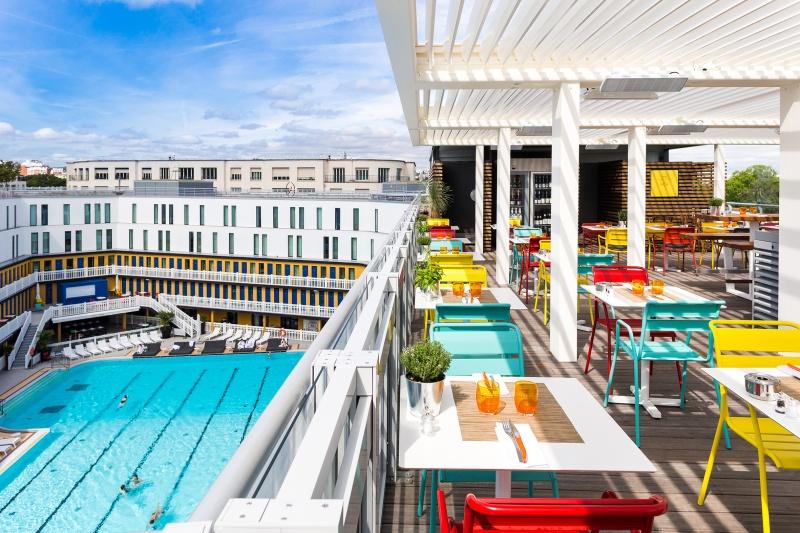 Vue sur la piscine depuis la Terrasse au Molitor à Paris