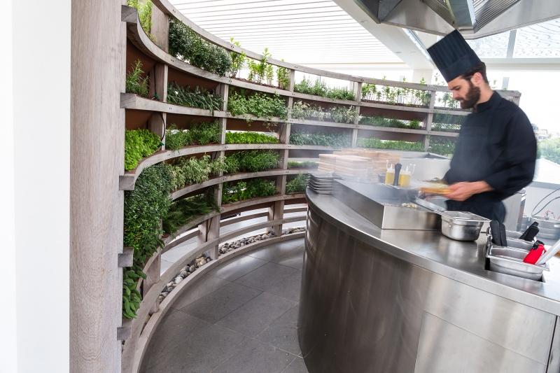 Cuisine ouverte au Molitor à Paris sur la terrasse