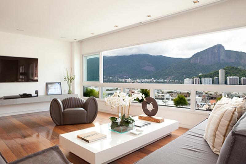 Vue panoramique depuis le salon dans une villa luxe au Brésil