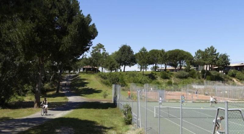 Terrains de tennis et chemins de randonnées au Centre Pierre et Vacances