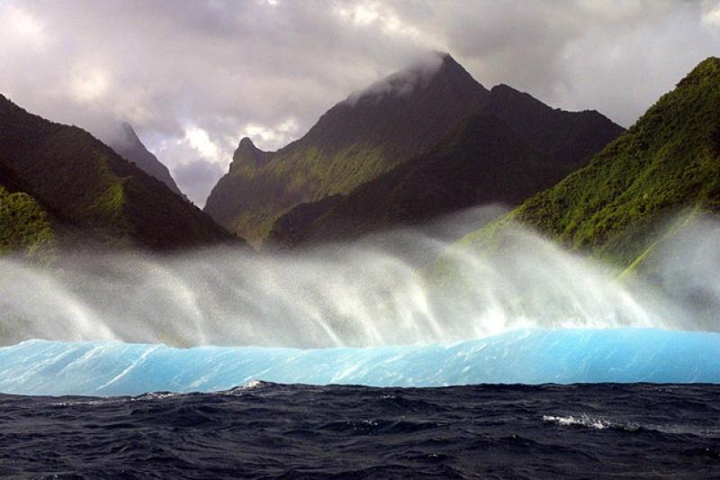 La vague et les sommets à Papeete