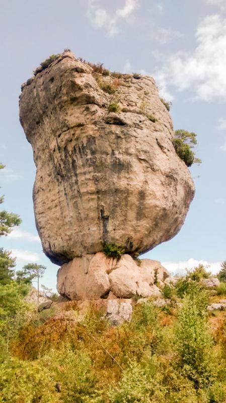"""Un rocher en équilibre à Montpellier le Vieux, le """"Bryce Canyon"""" à la française"""